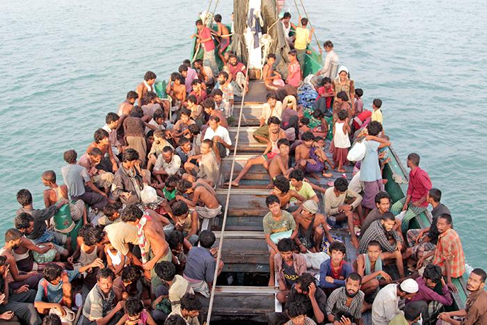 20日、アチェ州東アチェ県シンパンティガ村から約26キロの沖合で発見・保護されたロヒンギャ族の避難民=アンタラ通信