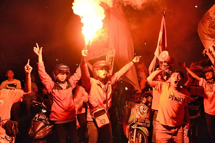 真夜中のバイクボーイズ サフール配りに熱狂する若者たち (2015年07月06日)