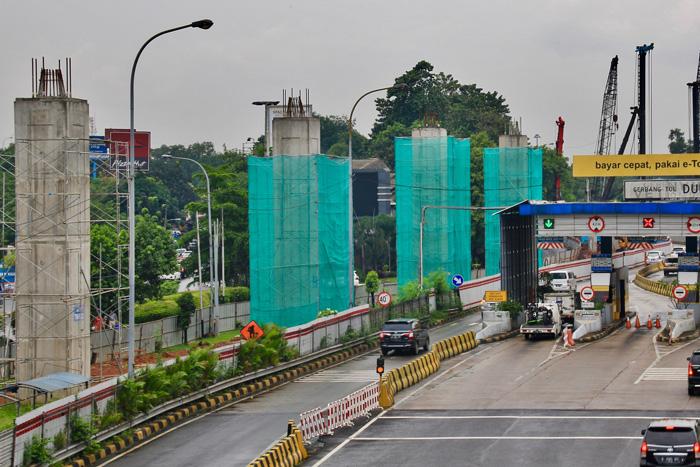 ジャゴラウィ高速道に沿って建設が進むLRT=8日