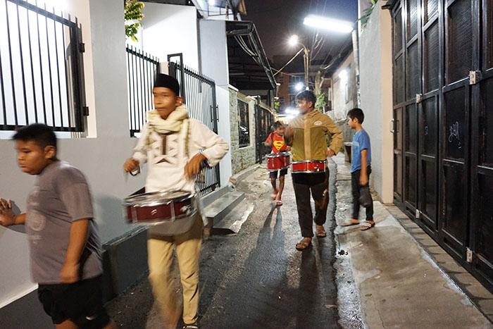 にぎやかな断食前 サフール 練り歩く太鼓隊 (2017年06月12日)