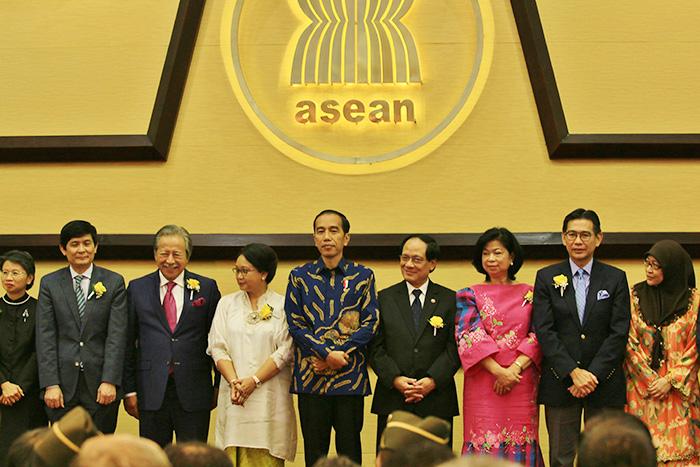 50周年を祝うジョコウィ大統領(中央)とミン事務局長(右から4人目)ら