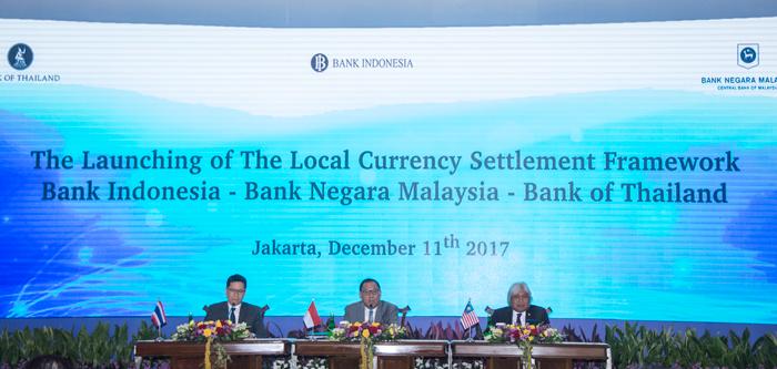 インドネシア、タイ、マレーシアの各中央銀行総裁が中央ジャカルタの中銀で会見し、米ドルではなく、現地通貨による決済を促進していく方針を発表した=アンタラ通信