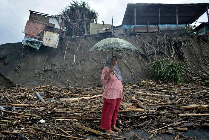 ▼川氾濫で家屋倒壊